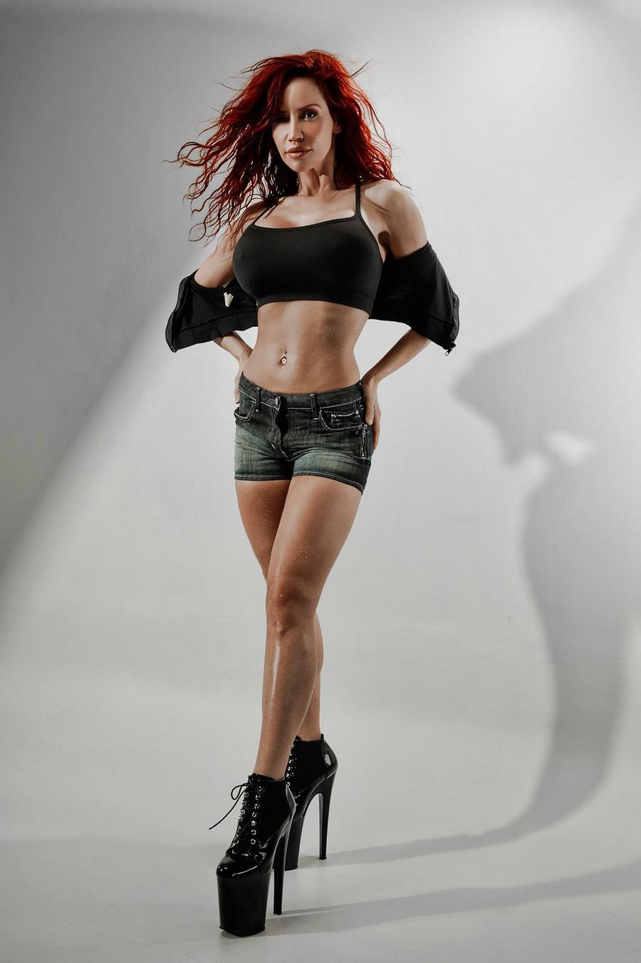Фотомодель Бьянка с грудью фантастических размеров - порно фото