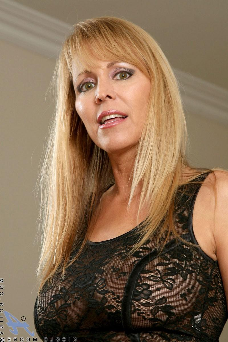 По томному взгляду милашки понятно, чего она хочет - порно фото