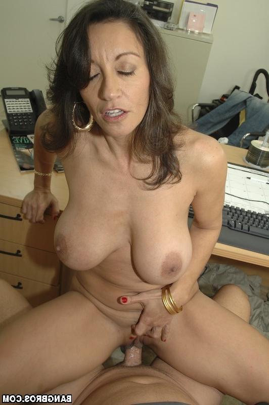 Старая кошелка ебется с молодым чуваком - порно фото