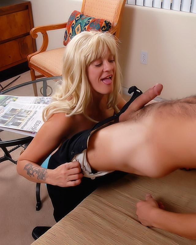 Спермоглотка Женя снова развлекается - порно фото