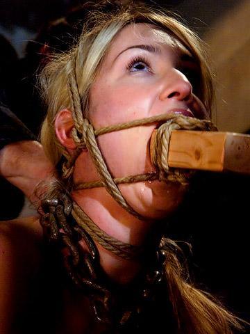 Шлюху связали и причинили ей сладкую боль - порно фото