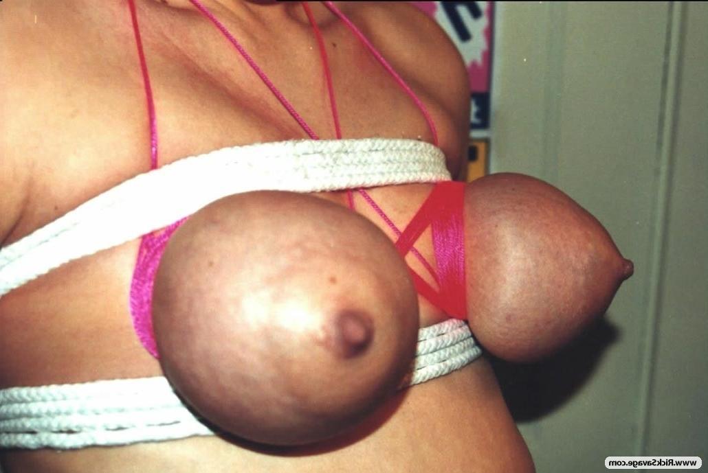 Коротковолосая шлюшка обожает бандаж - порно фото