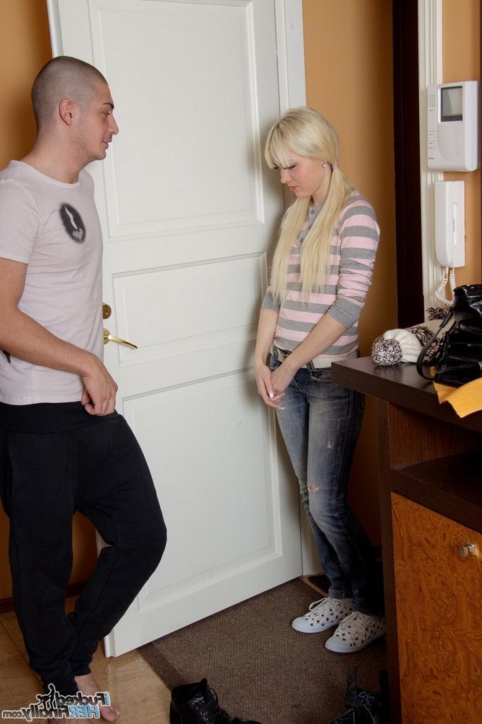 Юля зашла к кузену в гости и была оттрахана - порно фото