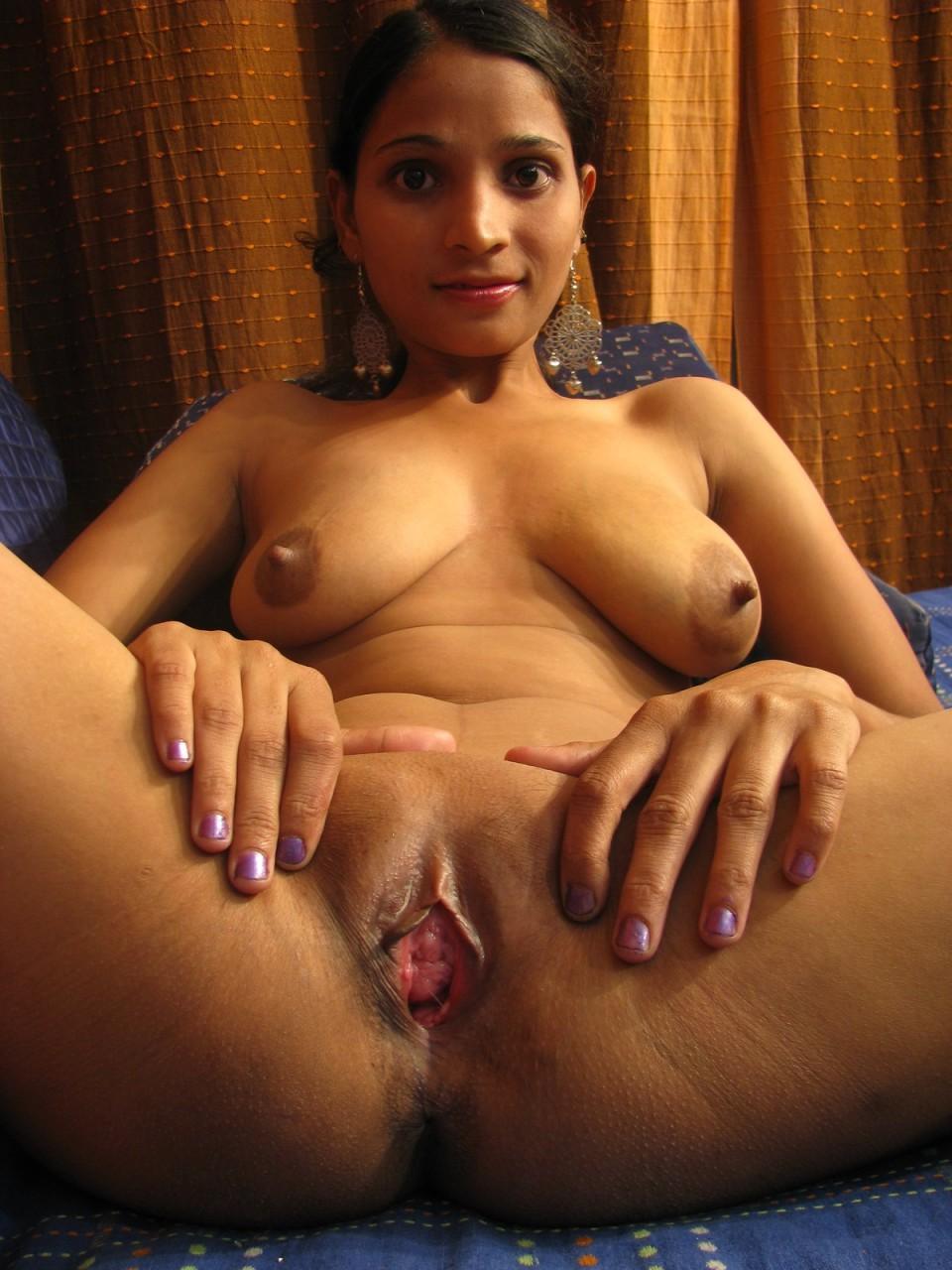 Индианка пошире раздвигает свои ножки - порно фото