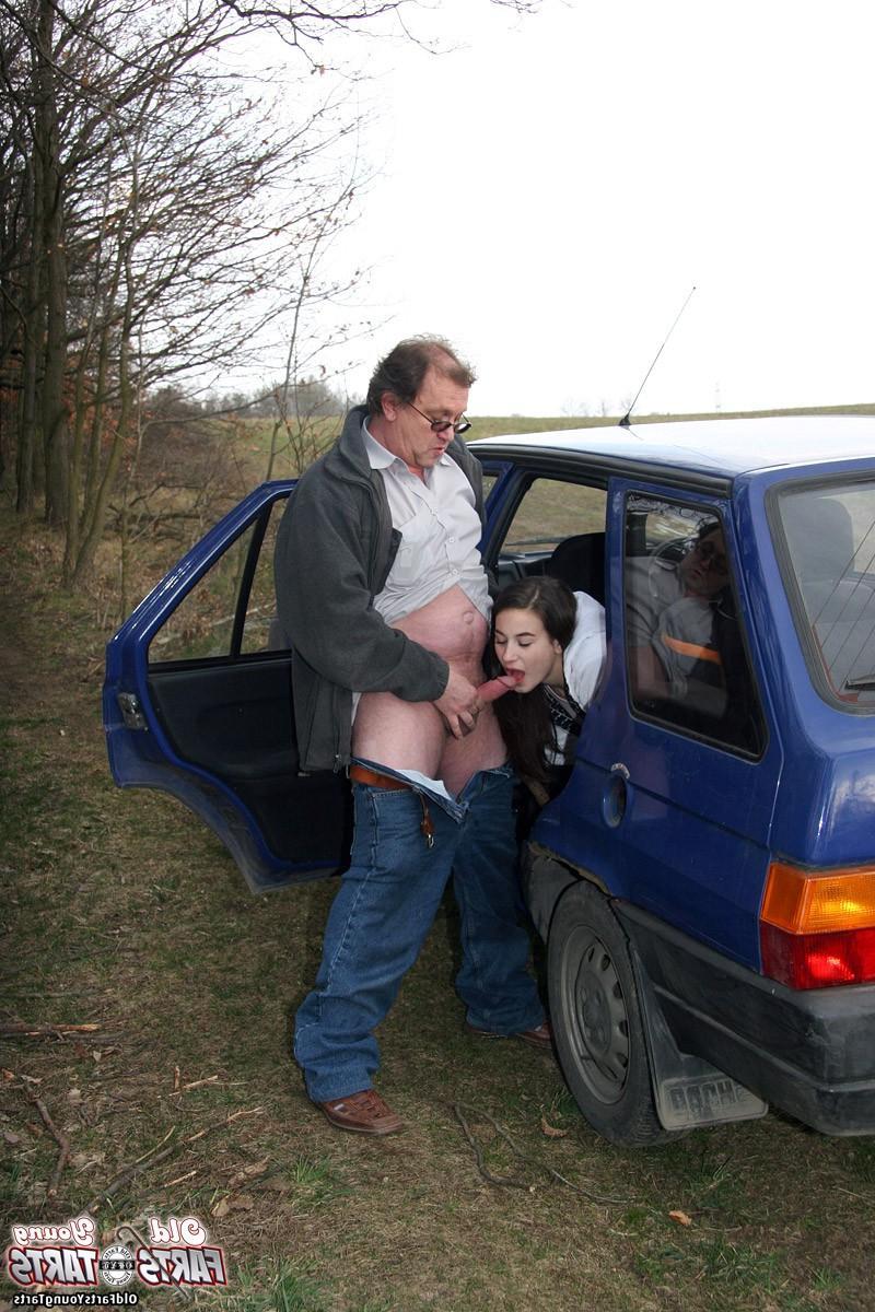 Виталий Андреевич вывез дочку на природу и трахнул в машине - порно фото