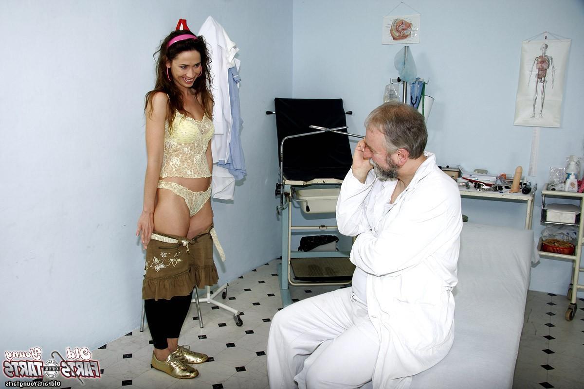 Бородатый доктор трахает свою пациентку - порно фото