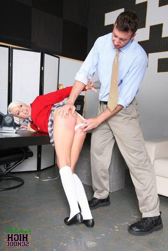 Строгий начальник наказывает свою молодую секретутку - порно фото