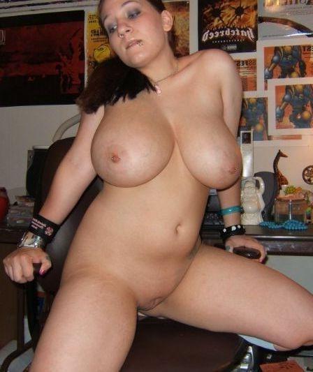 Телка с огромными сиськами соблазняет самцов - порно фото