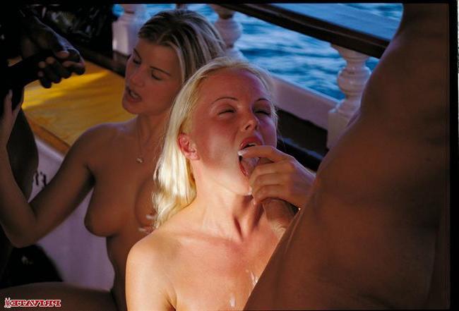 Богачи устроили оргию на катере - порно фото