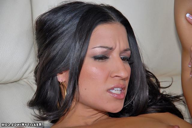 Загорелая Лана пригласила парня - порно фото
