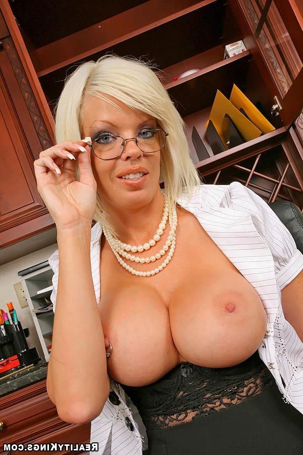 Бизнес-леди с огромным бюстом - порно фото