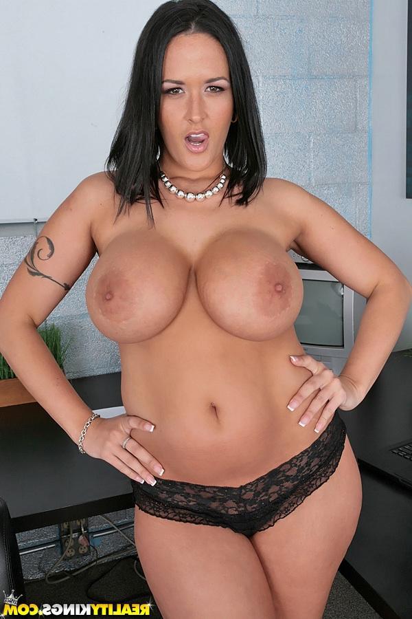 Кармен с огромными дойками - порно фото