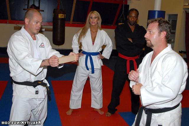 Морган на занятиях карате - порно фото
