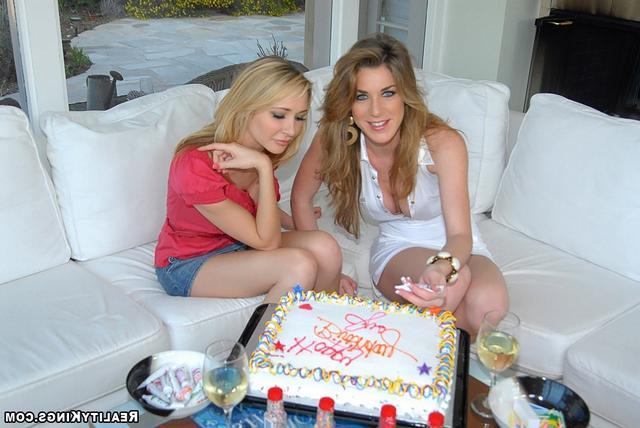 Кайла готовит тортик - порно фото