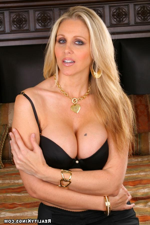 Опытная порно-звезда Julia Ann - порно фото