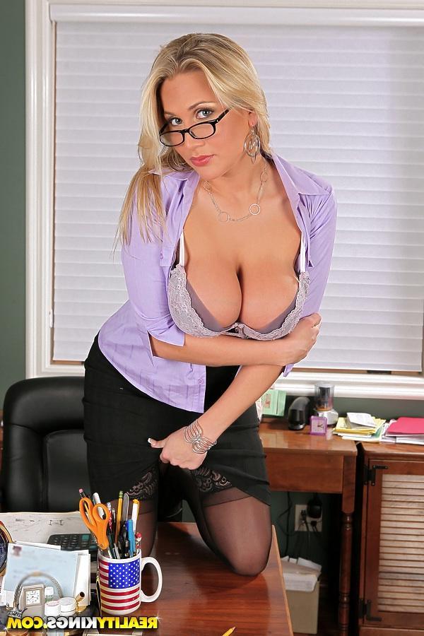 Потрясная офисная работница - порно фото