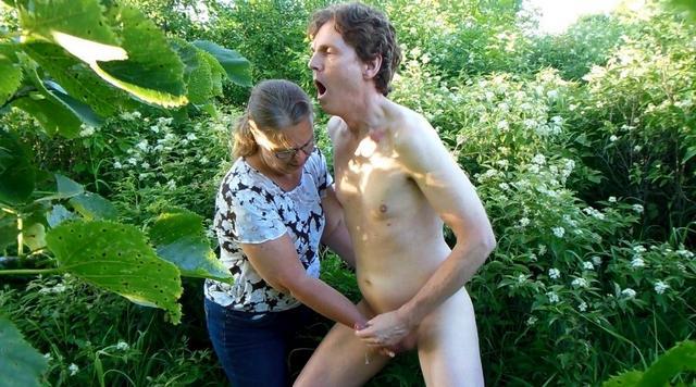 Голый извращенец был доведен до семяизвержения - порно фото