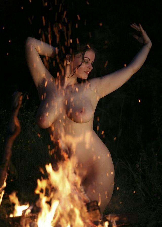 Лесная нимфа у костра - порно фото