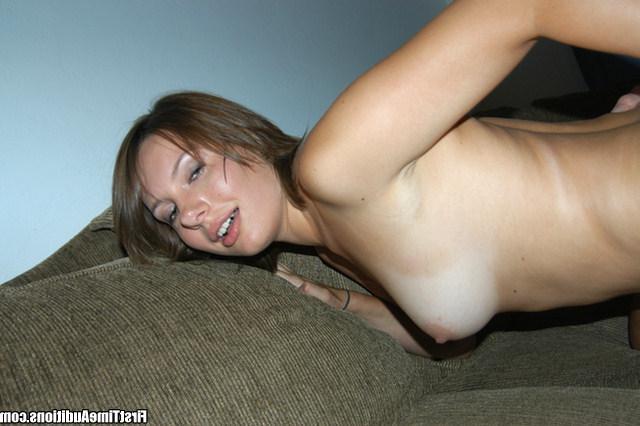 Худенькая шалашовка подставила киску для нового знакомого - порно фото
