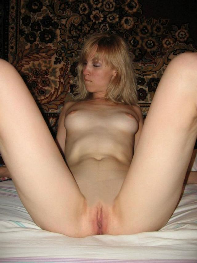 Частные снимки с широко раздвинутыми ножками - порно фото