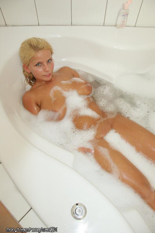 В ванной комнате блондинка зажала пенис дойками - порно фото