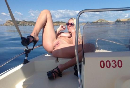 Грудастая блондинка обнажилась на отдыхе - порно фото