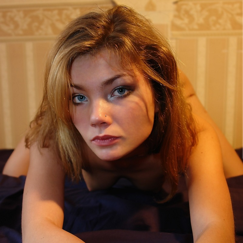 Девка скоротала вечерок перед камерой - порно фото