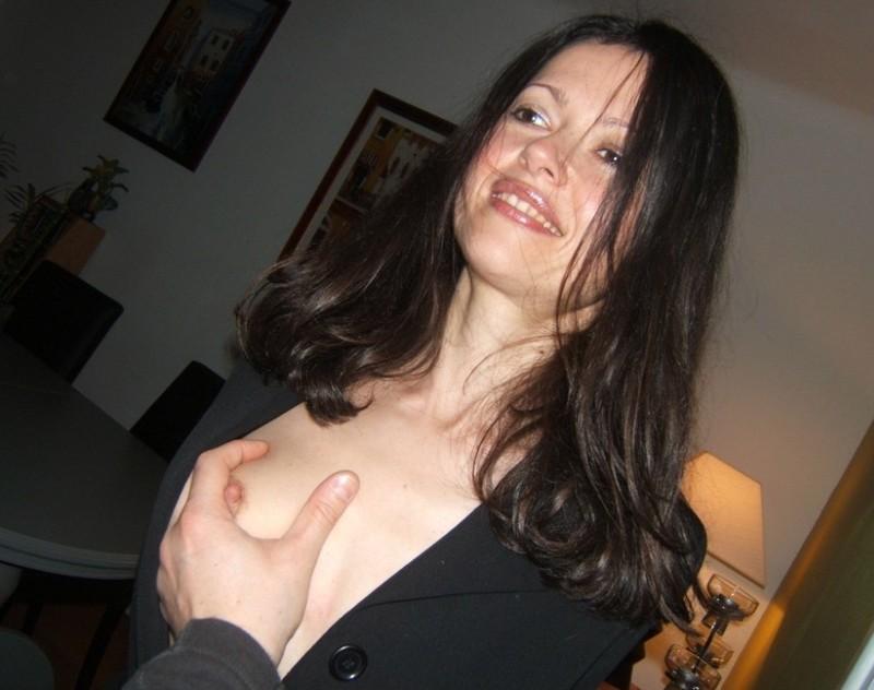 Брюнетка любит подчиняться своему мужчине - порно фото