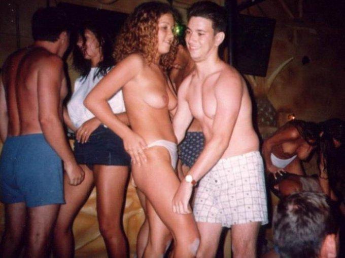 Пьяные бабы в ночных клубах с обнаженными сиськами - порно фото