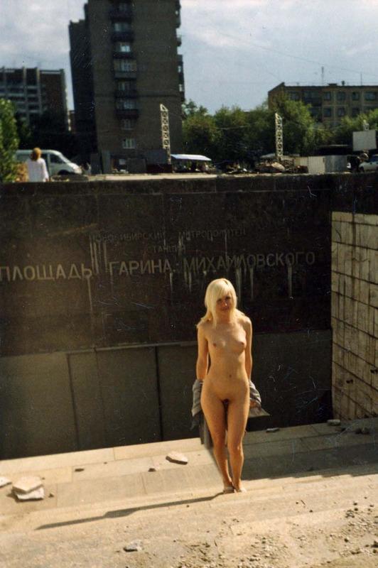 Веселая девка ходит голышом по улицам города - порно фото