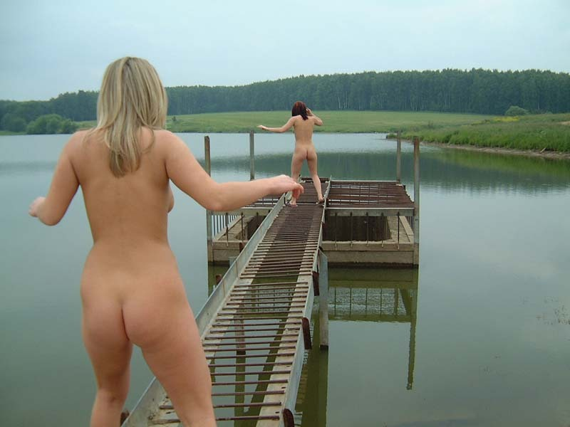 Две шалуньи резвятся голышом у причала - порно фото