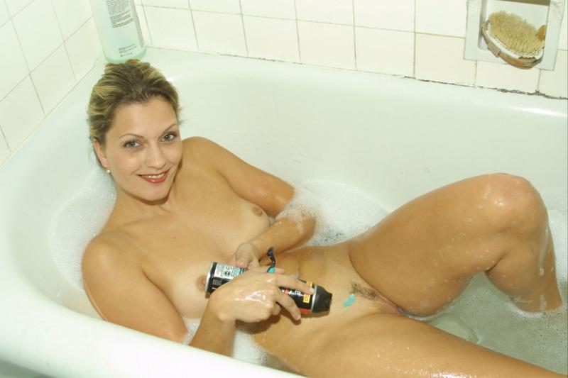 Елена в ванной бреет письку - порно фото