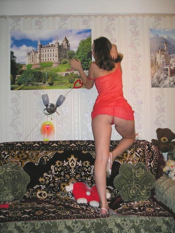 Девушка во всем красном разделась на диване - порно фото