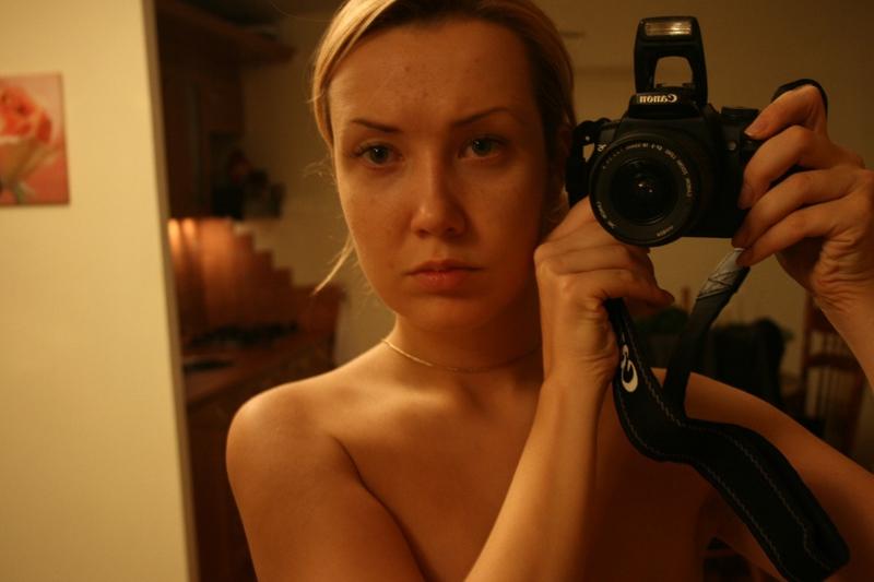 Серьезная Саша с фотоаппаратом - порно фото