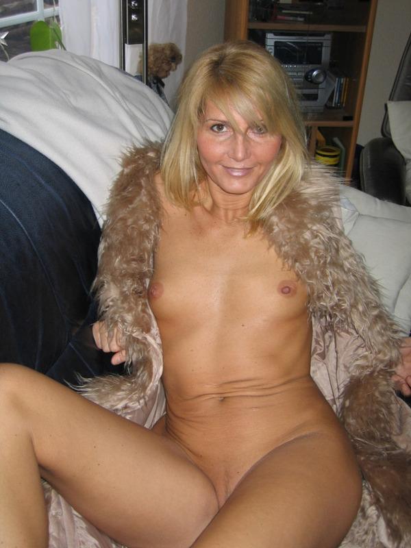Развратница в возрасте выставила голую щелку - порно фото