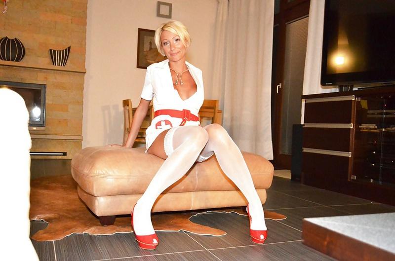Зрелая блонда надела эротичный костюм - порно фото