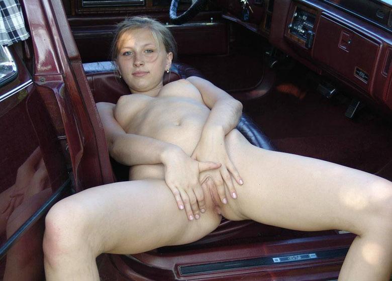 Подруга показала свою киску на сидении машины - порно фото