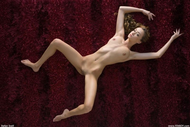 Виктория позирует на ковре - порно фото