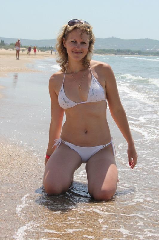Блондинка бесстыдно оголяется на пляже - порно фото