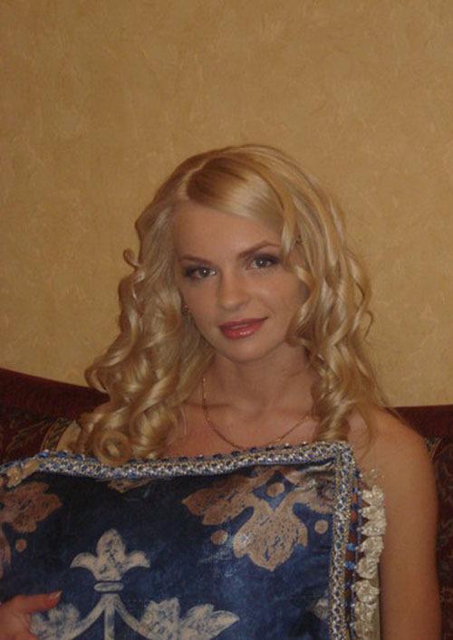 Блондинка с шикарным телом красиво позирует - порно фото