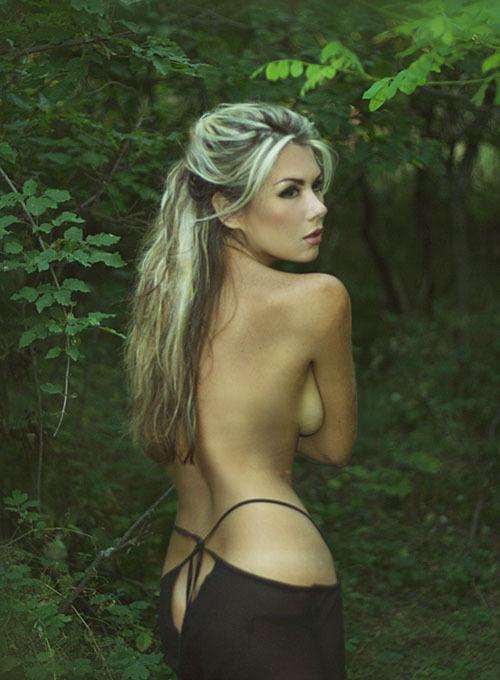 Шикарная модель откровенно позирует - порно фото
