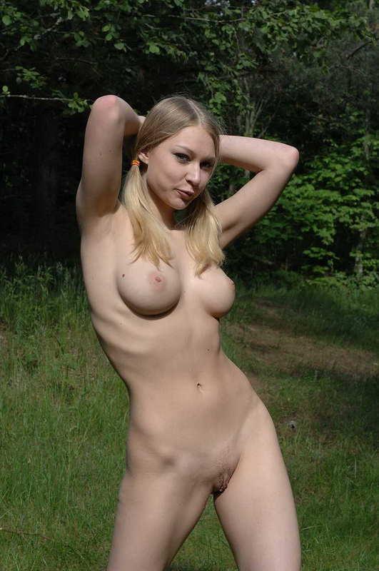 В парке Мария резво оголилась - порно фото