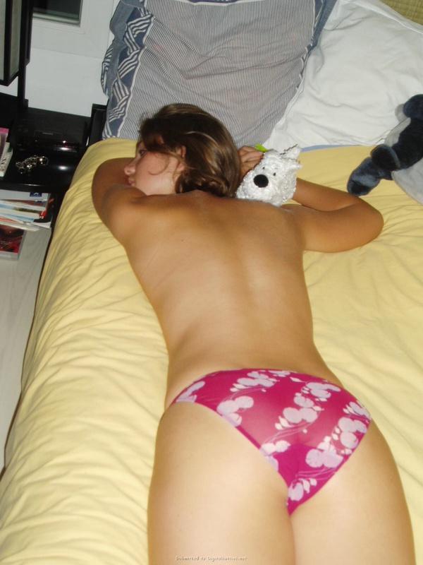 Соблазнительная попка молоденькой девули - порно фото