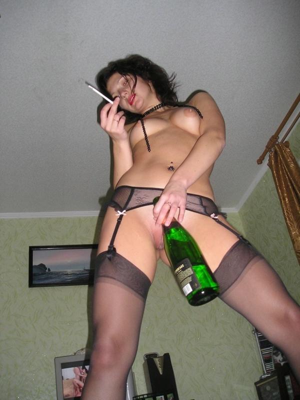 Выпившая сучка играет с бутылкой шампанского - порно фото