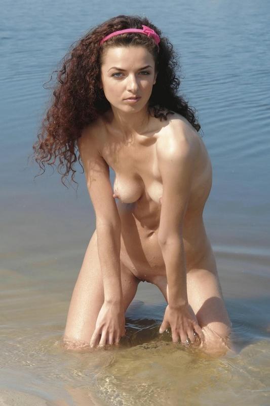 Плоская соска на речном пляже без одежды - порно фото