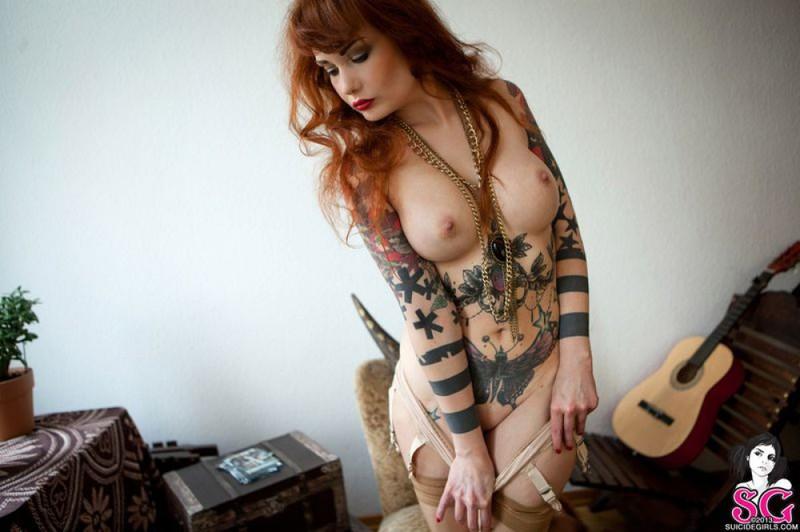 Любительница татуировок разделась, чтобы показать все узоры на теле - порно фото