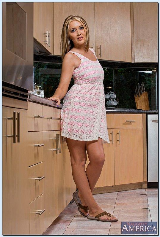 Сексуальная дамочка раздевается на кухне и показывает свою щель - порно фото
