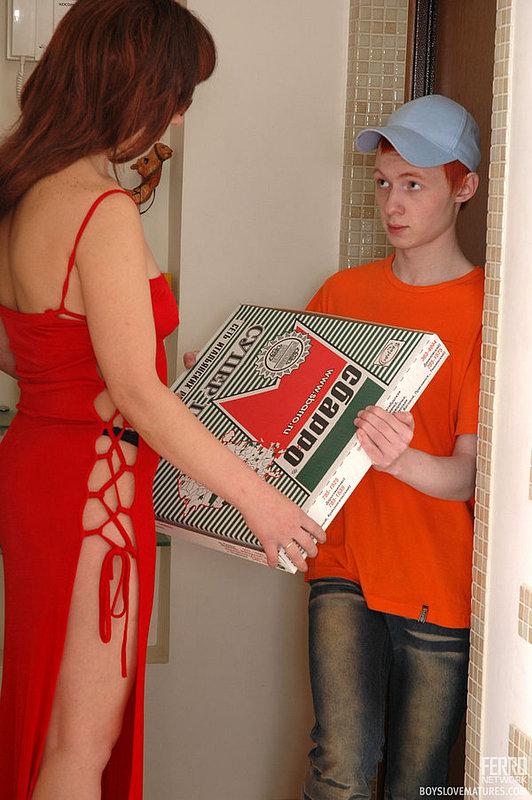 Замужняя женщина соблазнила и трахнула разносчика пиццы - порно фото