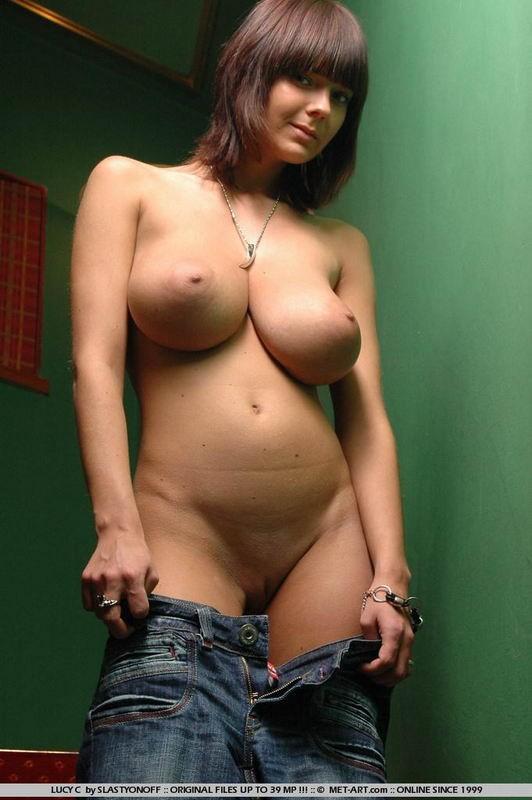 Загорелые телки с упругими сиськами показывают свои прелести - порно фото
