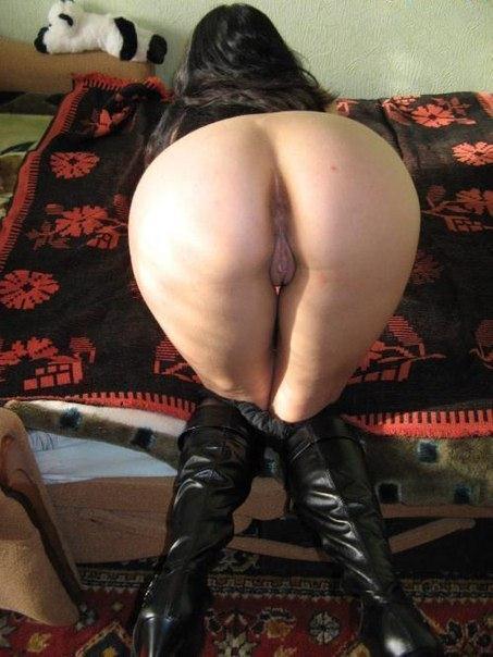 Голые мамки выставляют сочные тела напоказ перед камерой - порно фото